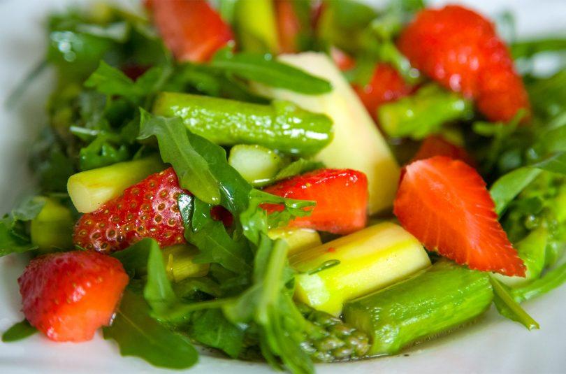 Karamellisierter grüner Spargel mit Erdbeeren und Rucola